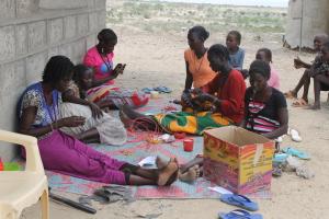 Daasanach-Frauen bei der Materialerstellung